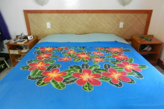 Paradise Cove Lodges: beautiful bed sheet on comfy king-size bed (I bought one)