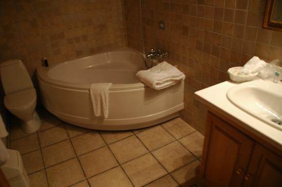 Hotel Ranga: Corner bath in a deluxe room