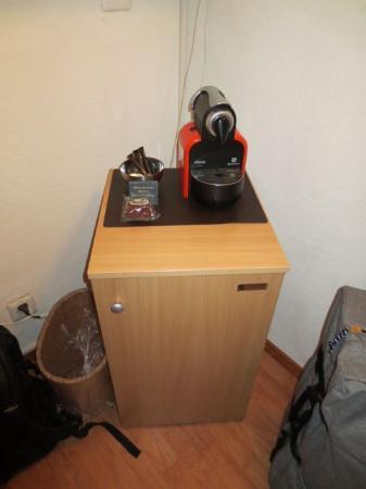 stattHotel: koelkast [geen minibar, je moet hem zelf vullen] en nespressomachine