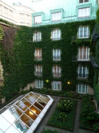 vue sur cour de la chambre, très claire - Picture of Hotel Adlon ...