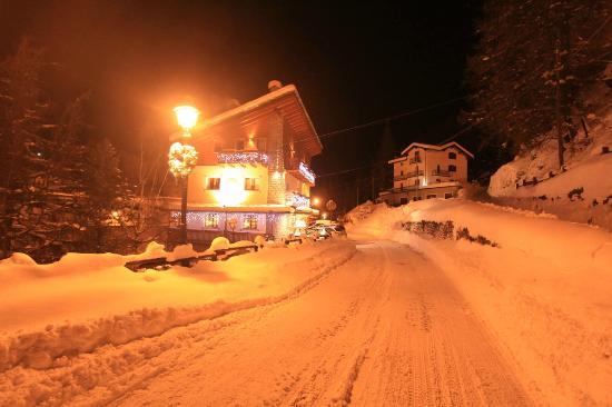 Lou Ressignon Chez Arthur: Hotel at night in winter
