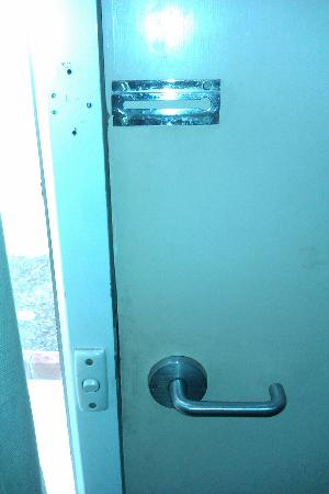 Alice Motor Inn: No door chain