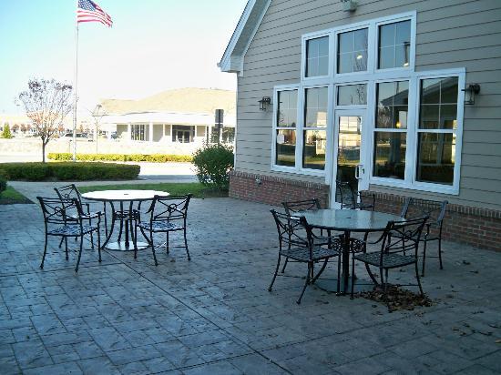 Residence Inn Providence Coventry: Outdoor courtyard