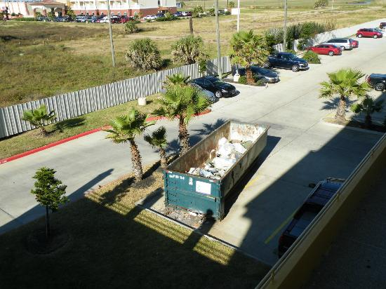 La Copa Inn Galveston: View of dumpster - this is a Queen Room with View