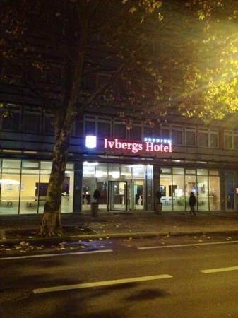 Ivbergs Premium: visto da fuori la sera