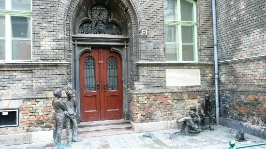 Sculpture of the Boys of the Pal Street