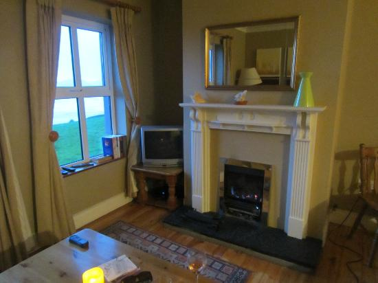 Inch Beach Guesthouse: cozy fireplace