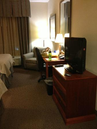 Holiday Inn Hotel & Suites Beckley: Plenty of adequate lighting in desk area.