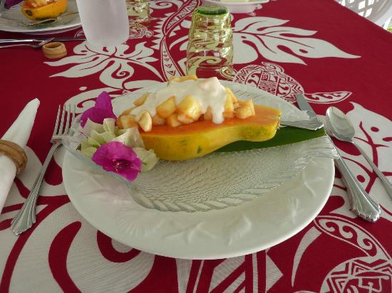 Hale Kai Hawaii Bed & Breakfast: Stuffed papaya (also had mac nut/coconut pancakes)