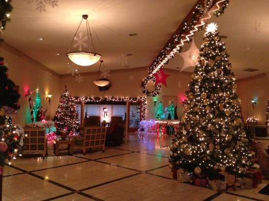 San Clemente Inn: lobby at Christmas