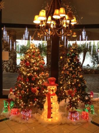 سان كليمنتي إن: lobby at Christmas 