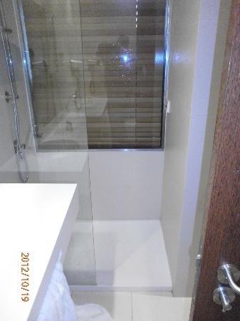 Carris Porto Ribeira: Super soaking shower with no curtain or door.