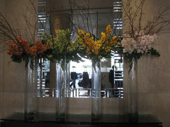 The Beverly Hilton: Flower arrangements in the lobby