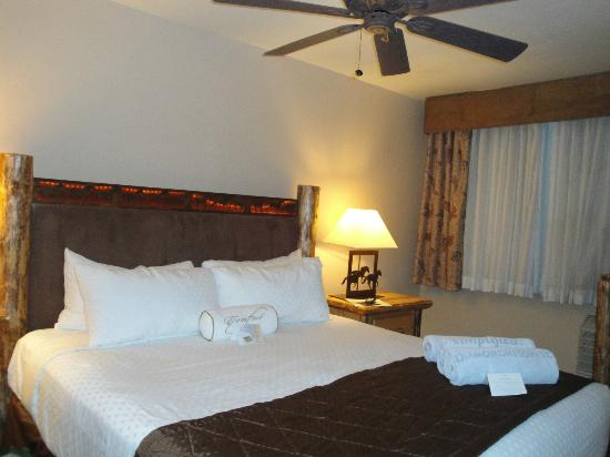 Bell Rock Inn: master bedroom w comfy king bed