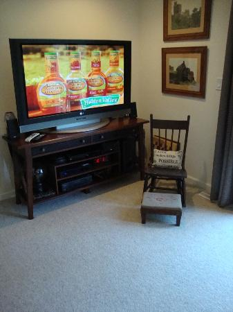 Lamb's Inn Bed & Breakfast: Guest Lounge TV with DirecTV