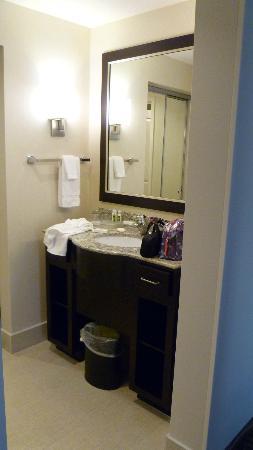 Homewood Suites by Hilton Doylestown : Vanity outside of Bath