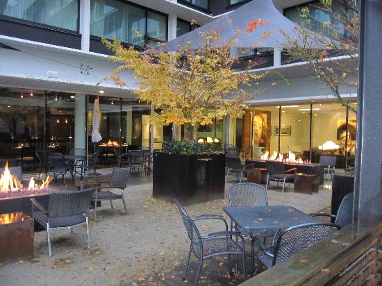 Hotel Modera: Courtyard with fire pits