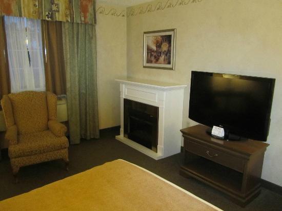 BEST WESTERN PLUS Couchiching Inn : Fireplace & TV