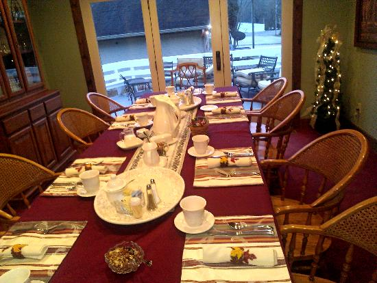Allison House Inn: the dining room set for breakfast