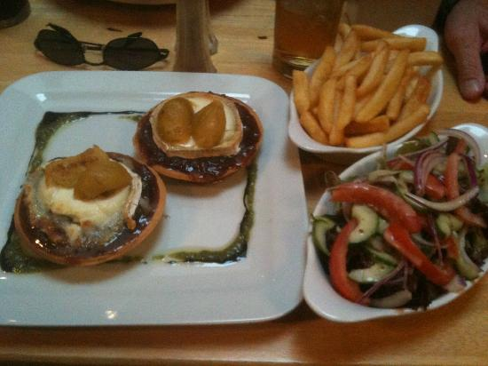 The Coachman's Bar & Restaurant : Goat cheese tartlets with salad and chips