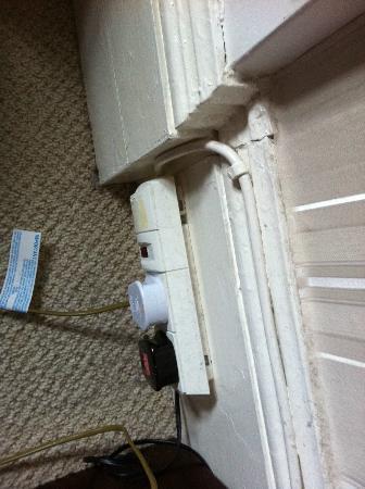 Green Gables Bed & Breakfast: Dust on the floor