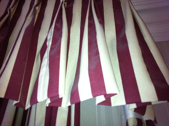Green Gables Bed & Breakfast: Dust on the curtains