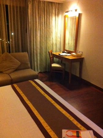 Bandara Suites Silom: window