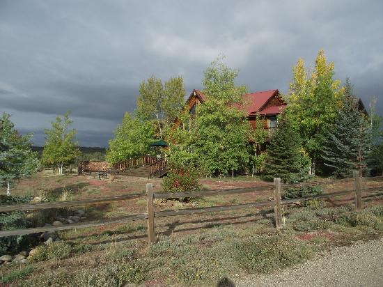 Flagstone Meadows Ranch Bed and Breakfast: Lodge setting