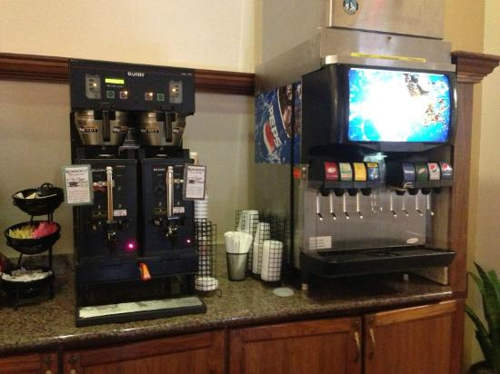 Drury Plaza Hotel San Antonio Riverwalk: Coffee machine and soda machine available during daytime