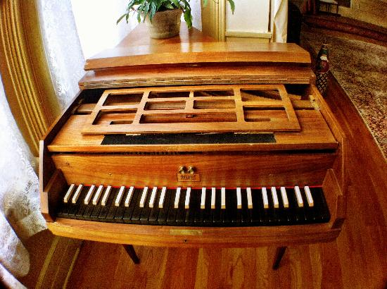 Antique Mansion B&B: harpsicord