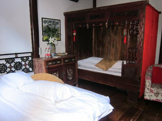 Hui Boutique Hotel: Bedroom furnished with Chinese antiques