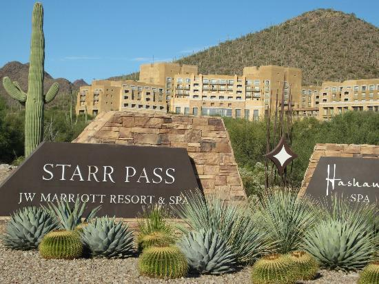 JW Marriott Tucson Starr Pass Resort & Spa: View from the approach road