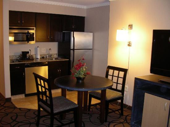Hampton Inn & Suites Buffalo Downtown: King Suite - Kitchen and Dining Table