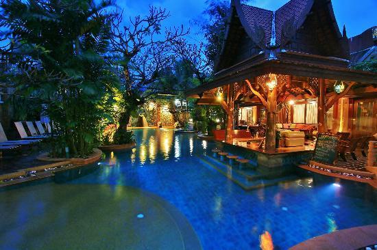 Sawasdee Village: Pool and bar
