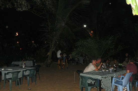 Goretti's Beachside Pizzaria and Grill: View of the beach seating area with musicians...NICE!!