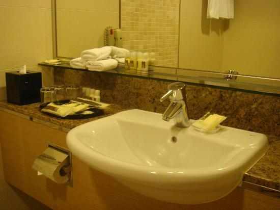 Park Hotel Hong Kong: wash basin area 