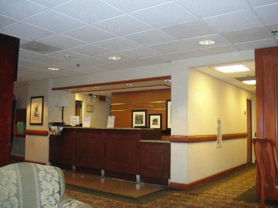 Hampton Inn Los Angeles/Arcadia/Pasadena: Front desk when you need a service???