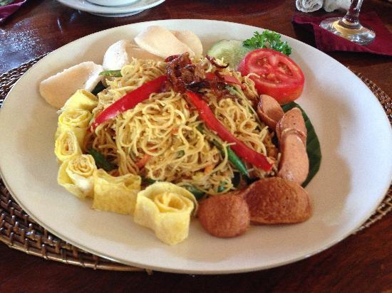 Junjungan Ubud Hotel and Spa: Fried noodles - one of the choices available for breakast
