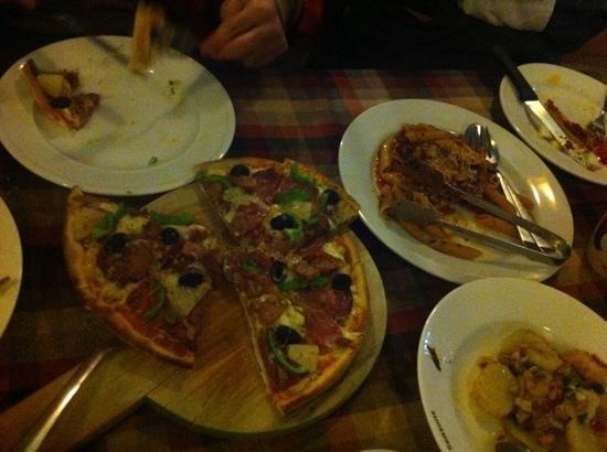 Seasons Restaurant: pizza and pasta