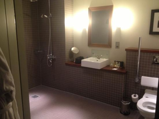Hotel du Vin & Bistro Newcastle: bath room with monsoon shower