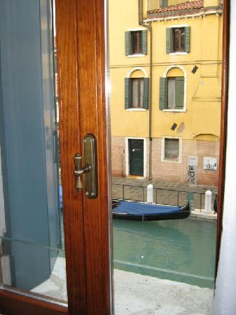 HOTEL OLIMPIA Venice: Вид из окна