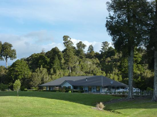 Lake Brunner Accommodation : View of accommodation from golf course