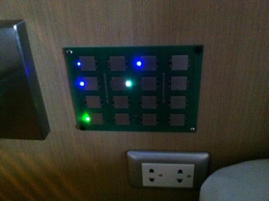 Pattaya Beach Resort: 開燈電制,不知那個是厠所,那個是台頭