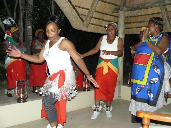 andBeyond Ngala Safari Lodge : Choir and dancers