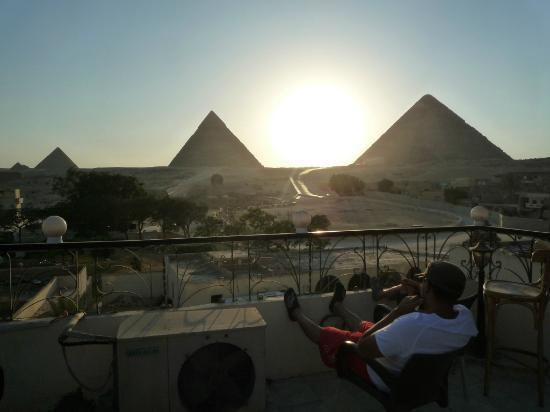 Pyramids View Inn: On ne se lasse pas de regarder le coucher du soleil sur les pyramides!
