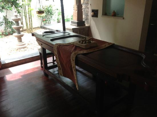 Niraamaya Retreats Surya Samudra: Massage table