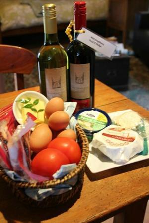 Cedar Creek Cottages & Wine: Breakfast Hapmer