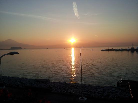 لا ديمورا دي باروني: alba sul mare di mergellina 