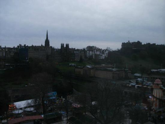 Mercure Edinburgh City - Princes Street Hotel: View from hotel room over to Castle, Princes Street Gardens, etc