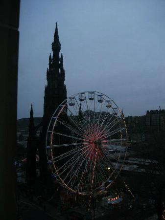 Mercure Edinburgh City - Princes Street Hotel: View of Scott Monument from hotel room